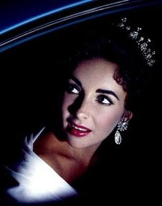 Elizabeth Taylor at the Cannes film festival 1957 Hooray For Hollywood, Golden Age Of Hollywood, Hollywood Glamour, Hollywood Stars, Classic Hollywood, Old Hollywood, Elizabeth Taylor, Divas, Violet Eyes