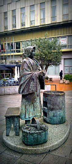 Escultura en bronce de una castañera, figura popular en Ourense - Escultura en bronce dunha castañeira Bella, Bronze, Popular, Wood, Bronze Sculpture, Walks, Park, Cities, Travel