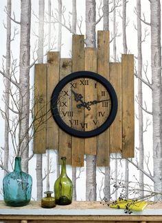Une horloge à l'ancienne fabriquée à l'aide de planches de bois avec les chiffres en pyrogravure