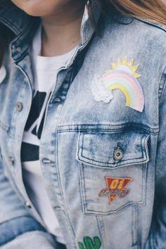 Look simples e all jeans, naquele estilo minimalista e confortável que eu amo! Tem muitos patches no jeans, deixando tudo mais divertido e ainda a Melissa Mar mais fofa e linda desse mundo! Ela é marmorizada e tem a cor do ano: rosé quartz <3 Melissa Mar, Patched Jeans, Denim, All Jeans, Inspire, Vintage, Jackets, Inspiration, Fashion