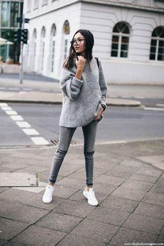 Grijze skinny + wijde wollige lichtergrijze trui + sporty schoenen