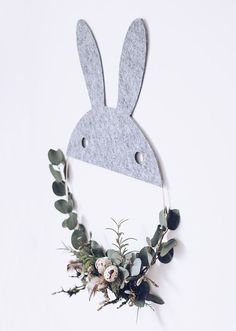 DIY Osterkranz mit Hase. Ich hab den Garten geplündert! • Titatoni St. Patrick's Day Diy, Kitchen Ornaments, Make An Effort, Textile Jewelry, Valentines Diy, Happy Easter, St Patricks Day, Wedding Centerpieces, Diy Crafts