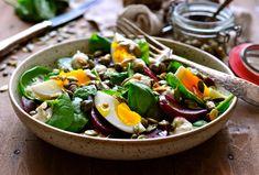 Hvis du leder efter en god opskrift på rødbedesalat, så kan JulieKarla varmt anbefale denne ret! Denne rødbedesalat med spinat, æg og kapersmayo opskrift er fantastisk god og nem at gå til.
