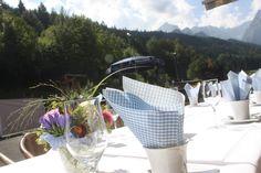 Kaffeetafeln Heiraten in Bayern, Hochzeit in den Bergen von Garmisch-Partenkirchen, Riessersee Hotel - getting married in Bavaria, Bavarian style wedding, dunkelblau und bunte Wiesenblumen