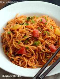 chilli garlic noodles recipe | Indian style chilli garlic noodles | Indo-Chinese chilli garlic noodles | Chinese Noodle Recipes, Indo Chinese Recipes, Indian Food Recipes, Vegetarian Recipes, Japanese Recipes, Ethnic Recipes, Chilli Garlic Noodles, Garlic Noodles Recipe, Hakka Noodles Recipe