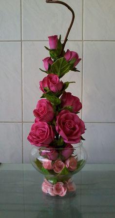 Arranjo de flores em taça de vidro com rosas e mini rosas na cor rosa. Consulte disponibilidade de vasos, tamanhos e cores.