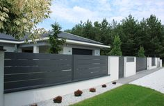 Grey aluminum spans and white plastered walls covered with aluminum caps House Fence Design, Front Gate Design, Garden Design, Exterior Wall Design, Gate Designs Modern, Modern Fence Design, Privacy Fence Designs, Front Yard Fence, Backyard Fences