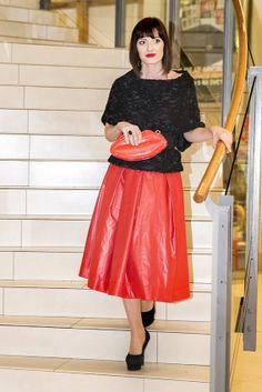 K sukni sme zvolili asymetrický top á la pončo, ktorý sme prepásali hrubým opaskom. Doplnili sme vysokými topánkami na platforme a zaujímavou kabelkou a výsledný efekt je božský!