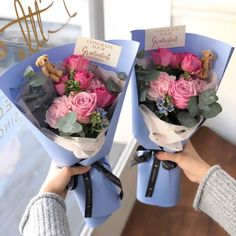 Flowers bouquet ideas graduation 38 ideas Blossoms are classified as the primary factors that provide How To Wrap Flowers, Large Flowers, Beautiful Flowers, Beautiful Pictures, Gift Bouquet, Hand Bouquet, Graduation Flowers Bouquet, Wedding Flowers, Flower Shop Design