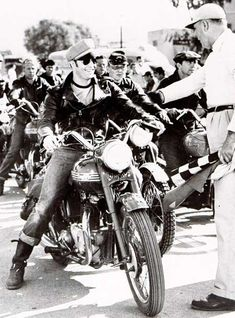 Marlon Brando on his own 1950 T6 Triumph Thunderbird