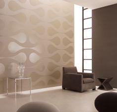 overwegend bruin-tinten, strak en geometrisch behang, glanzende gietvloer, sobere maar verfijnde inrichting en knap samenspel met invallend licht dankzij hoog opgetrokken raamconstructie