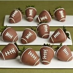 Be good for a super bowl party--chocolate covered football strawberries Super Bowl Party, Milk Shake Chocolat, Football Food, Football Parties, Football Treats, Football Tailgate, Tailgate Food, Football Desserts, Football Banquet