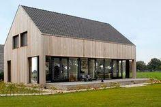 Op de plek en in de geest van de oude schuur hebben we een nieuwe woning ontworpen: een stoere vorm opgetrokken in hout: Schuurwoning Okkenbroek