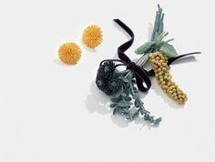 なんと、このお花は花びらも葉っぱも茎も全部かぎ編み。 初めて見た人は、とても驚きますよね。