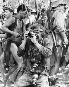 Vintage Camera wandrlust: Dennis Hopper during the filming of Apocalypse Now, Philippines, 1977 —Chas Gerretsen - Old Cameras, Vintage Cameras, Photography Camera, Digital Photography, Street Photography, Apocalypse Now Redux, Steve Mcqueen Style, Legendary Pictures, Dennis Hopper