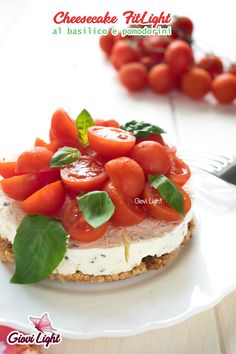 Basil and cherry tomatoes FitLight cheesecake Italian Appetizers, Vegetarian Appetizers, Cheese Appetizers, Finger Food Appetizers, Cena Light, I Love Food, Good Food, No Dairy Recipes, Savoury Cake