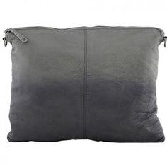 """Die lässige Umhängetasche """"Vivid Shadow"""" von dem dänsichen Label DEPECHE wurde aus hochwertigem Buffel-Nappaleder gefertigt. Diese Handtasche ist durch den angesagten Washed-Look ein absoluter Eyecatcher und dabei absolut strapazierfähig."""