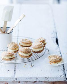 Whoopie pies au mascarpone et au chocolat blanc - Délices Biscuits Au Four, Bon Dessert, Whoopie Pies, Eclairs, Köstliche Desserts, Something Sweet, Mini Cakes, Donuts, Cereal