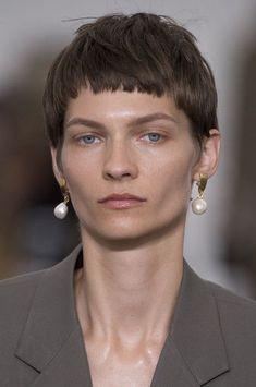 Celine Clp Bis at Paris Fashion Week Spring 2018 - Details Runway Photos Girl Short Hair, Short Hair Cuts, Short Hair Styles, Milan Fashion Weeks, Paris Fashion, Celine, Spring 2015 Fashion, Fashion Fall, Tough Girl