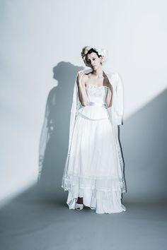 Coordinate dress …ビーズ刺繍を施したコルセットに、フリンジ付きティアードスカートを合わせたコーディネート。 アンティークレースを使用したジャケット付きレースガウンを肩に掛けてアクセントに。