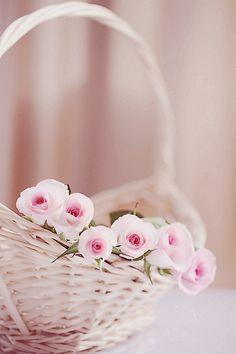 De jolies roses dans un joli panier