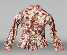 In 1778 denkt reiziger dat hij Aziatische kolonie betreedt wanneer hij Hindelooper vrouwen en kinderen ziet. Katoenen en zijden stoffen die V.O.C.-schepen aanvoeren. Bij feestelijke gelegenheden kort jakje kassakijntjen of getailleerde lange mantel wentke, vanaf midden 18e eeuw van sits. Voor feestelijke gelegenheden was ze rood of groen. Voor bruidsdracht was ze wit met rode bloemranken, melk en bloed. Bij rouw met blauwe bloemen op wit fond. 1750-1850 #Friesland #Hindeloopen
