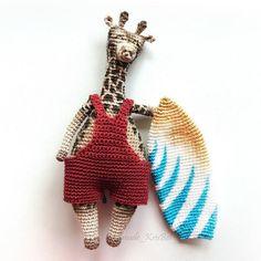 Вязаный жираф-сёрфер амигуруми