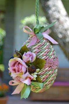 UOVO DI PRIMAVERA MEDIO - Rosa / Verde Salvia - PatriziaB.com  L'inebriante atmosfera primaverile porta con sé la voglia di decorare! Ed ecco un uovo è interamente rivestito con cordoncino in seta