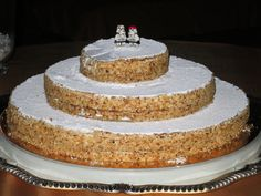 Traditional Italian wedding cakes are simple, coated in powdered sugar or fresh fruit and filled with some kind of cream. Typically, you would choose from crostata di frutta (fruit tarte), millefoglie (thousand layers) or pan di spagna (sponge cake). Square Wedding Cakes, Wedding Cake Designs, Wedding Cake Toppers, Italian Wedding Favors, Italian Wedding Soup Recipe, Cake Designs Images, Chips And Salsa, Classic Cake, Cream Wedding