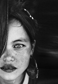 New from the portofolio 'Southeast Asia' by the excellent photographer from Madrid, David Terrazas Amazing black and white portrait We Are The World, People Around The World, Black And White Portraits, Black And White Photography, Beautiful Eyes, Beautiful People, Beautiful Things, Behind Blue Eyes, Many Faces