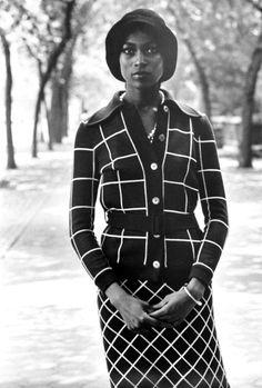 photo de mode NB : Anthony Barboza, 1968, femme noire, quadrillage blanc sur noir, 1960s