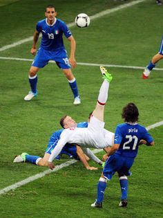 Bicycle zone England's Wayne Rooney (C) shoots at goal past Italian defenders. Soccer Players, Football Soccer, Soccer Scores, Bicycle Kick, Live Soccer, Team Schedule, Soccer Gifs, Euro 2012, Wayne Rooney