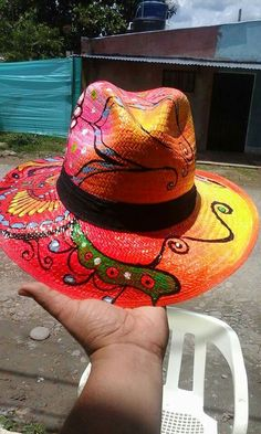 Painted Hats, Painted Clothes, Hat Decoration, Thread Art, Diy Hat, Fabric Painting, Head Wraps, Travel Bags, Panama Hat