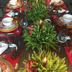 Uma das minhas fotos preferidas do nosso lançamento de natal. Jogo americano vermelho, guardanapo poá vermelho, guardanapo guirlanda ,porta-guardanapo  de natal e louças ( prato de jantar, prato de sobremesa e bowl) da nossa coleção. 😍😍😍 Pedidos por: whatsapp (31)98802-3030 ou direct. #petithomenatal1 #petithomecommerce #xmasdecor #mesaposta #mesadenatal #mesalinda #merrychristmas #natal2016 #portaguardanapo #guardanapo #bestoftheday #mesapostacomamor #mesanatalina