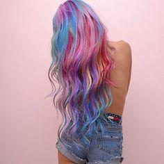 """Parece que a moda dos cabelos coloridos só tende a crescer a cada dia que passa, mostrando que a inovação também chega até os salões de beleza. A novidade da vez é totalmente oposta aos cabelos cinzas, que também estão na moda. O chamado """"sandart hair"""", estilo que mistura várias cores e faz alusão a um arco-íris, está fazendo..."""