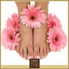 Ayak Bakımının Püf Noktaları: Yorgun ayaklarınız en azından haftada bir kez özel bir bakımı hak ediyor. Ayaklar için özel yapılmış maskeleri 10-15 dakika temiz ayak derisinde bekleterek durulayın. Bu maskeler kısa zamanda cildi toparlayarak yumuşacık hale getirir… #shoekolata #foot #womanfashion www.shoekolata.com
