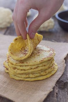 TORTILLAS DE COLIFLOR - 3/4 de una Cabeza de Coliflor hecha arroz, o 2 tazas de coliflor ya hecha arroz. 2 huevos sal y pimienta al gusto.