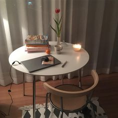 이미지: 사람들이 앉아 있는 중, 테이블 실내 Interior Design Inspiration, Room Inspiration, Cute Apartment, Aesthetic Rooms, Cafe Interior, Minimalist Bedroom, Decoration, Bedroom Decor, Dining Table
