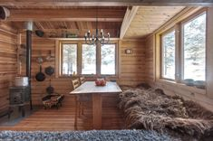 This 118 small Norwegian ski cabin comfortably accommodates a family of four. - Living in a shoebox Tiny Log Cabins, Tiny House Cabin, Cabin Homes, Log Homes, Small Cabins, Small Cabin Interiors, Mini Chalet, Dry Cabin, Tiny House France
