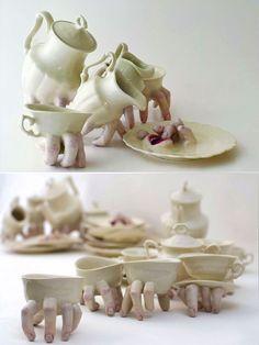 Sculture in ceramica di Ronit Baranga: oggetti di uso comune resi antropomorfi e dotati di dita, bocche e lingue che le animano e le rendono vive.