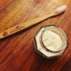 dentifrice 2 CS d'argile + 2 CS d'eau + 1g HE Tea Tree + 3g HE citron, melanger avec cuillere en bois