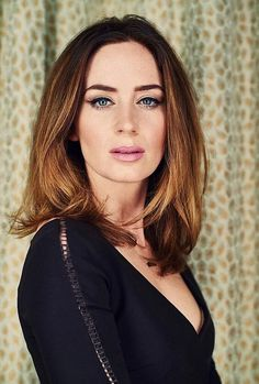 Browse Emily Blunt hairstyle photos gallery to get inspired. Emily Blunt different cuts are very easy to emulate. Pick the style you want to your stylist today. The Young Victoria, Frauen In High Heels, Emily Blunt, Celebrity Hairstyles, Blunt Hairstyles, Great Hair, Jennifer Aniston, Woman Crush, Beautiful Actresses