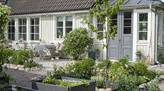 Följ med hem hos familjen Gilans innegård som har ett perfekt söderläge och är inredd med stenlagda uteplatser och slingrande klätterväxter.
