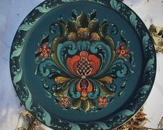 Norwegian Rosemaling in Hallingdal Style on a Plate by FolkartbyCathy on Etsy Tole Decorative Paintings, Tole Painting, Decorative Plates, O Donnell, Rosemaling Pattern, Rosemaling Norvégien, Norwegian House, Nerd Decor, Norwegian Rosemaling
