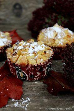 Leckeres Rezept für saftige Bratapfelmuffins mit Apfelstückchen, gehackten Mandeln und nach Belieben Rosinen. Perfekt für Herbst und Winter!