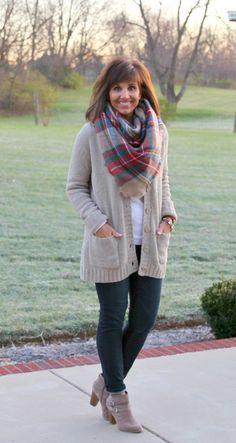 A blanket scarf is perfect with this oh so cozy cardigan from Target. Here we are Day 11 of 25 Days of Winter Fashion! Today I'm sharing another blanket scarf. I love scarves so this outfit is a no brainer for me. Over 50 Womens Fashion, Fall Fashion Trends, Fashion Over 50, Fashion Days, Fashion 2016, Fashion Women, High Fashion, Style Casual, Casual Outfits
