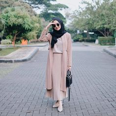 Discover recipes, home ideas, style inspiration and other ideas to try. Hijab Casual, Ootd Hijab, Modest Fashion Hijab, Modern Hijab Fashion, Muslim Women Fashion, Street Hijab Fashion, Hijab Chic, Hijab Mode Inspiration, Hijab Stile