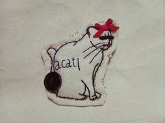 刺繍ブローチです。悪い猫です。全て手作業で作っています。アンティークボタン使用。縦9.5cm横9cm|ハンドメイド、手作り、手仕事品の通販・販売・購入ならCreema。