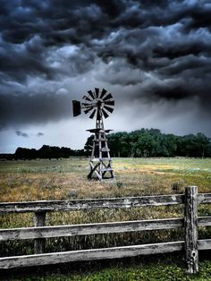 Storms a brewing ❤ Cool Pictures, Cool Photos, Beautiful Pictures, Farm Windmill, Skier, Old Windmills, Fotografia Macro, Country Scenes, Water Tower