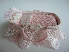 Miniature au 1/12e : Couffin pour bébé (cartonnage, tricot, crochet, frivolité)